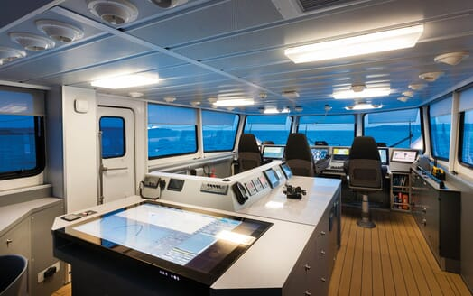 Motor Yacht Axis controls