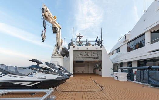 Motor Yacht Axis crane