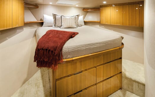 Motor Yacht Axis guest cabin