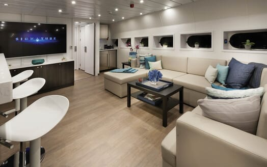 Motor Yacht Axis main saloon
