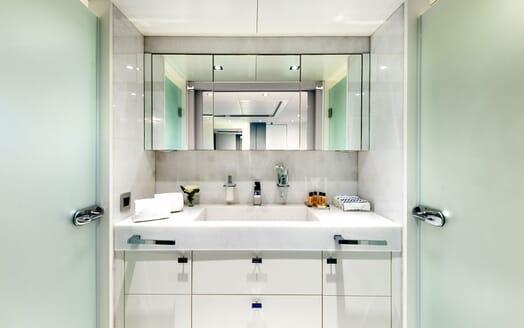 Motor Yacht SERENITAS VIP Bathroom
