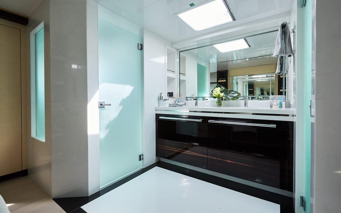 Motor Yacht Ghost II bathroom