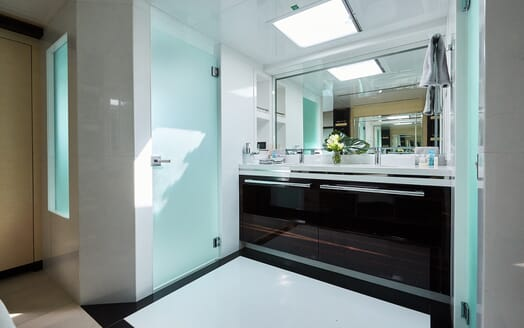 Motor Yacht Ghost II bathroom