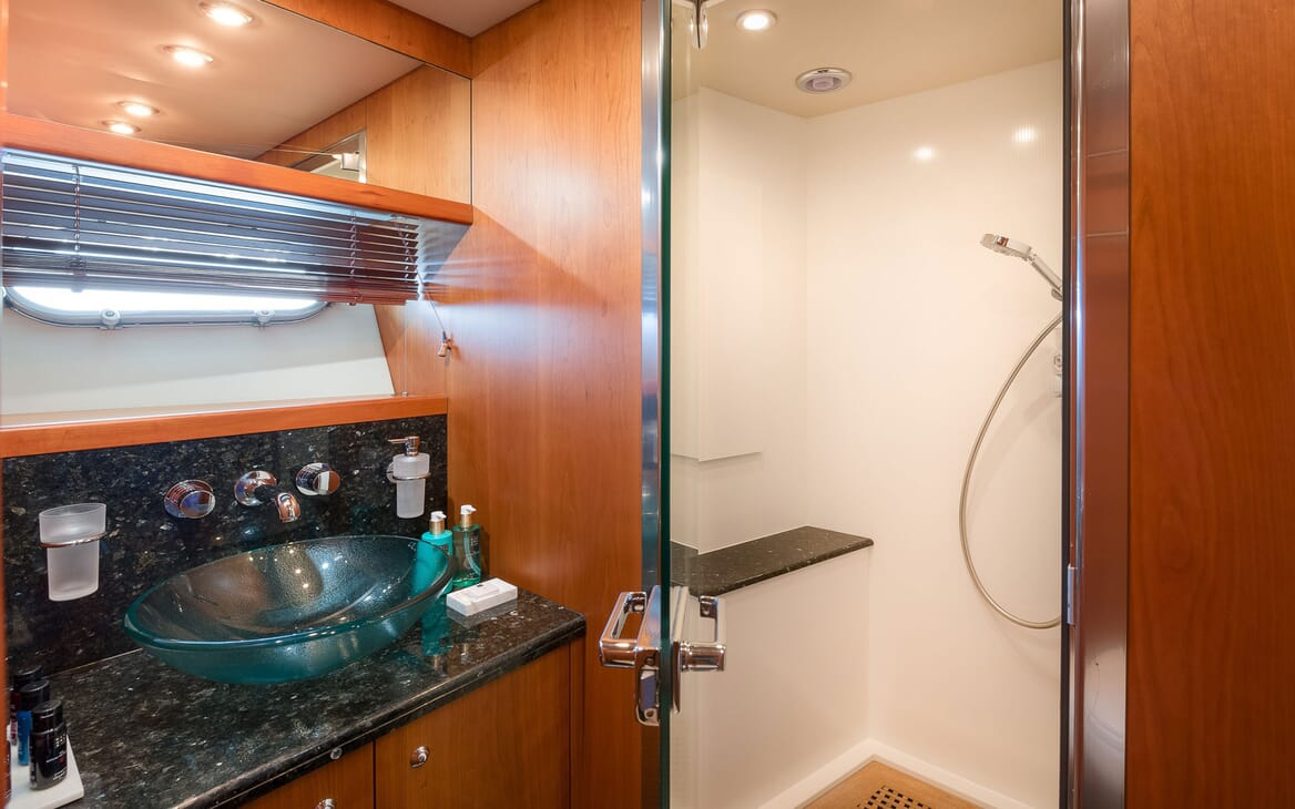 Motor yacht Quantum ensuite with turquoise blue sink