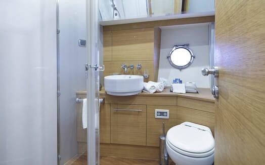 Motor Yacht Arwen guest bathroom