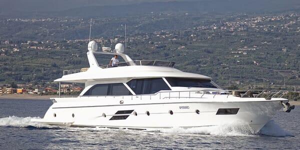 Motor Yacht Enjoy cruising