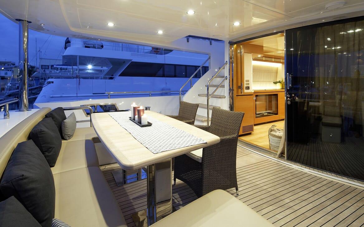 Motor Yacht Enjoy outdoor dining area