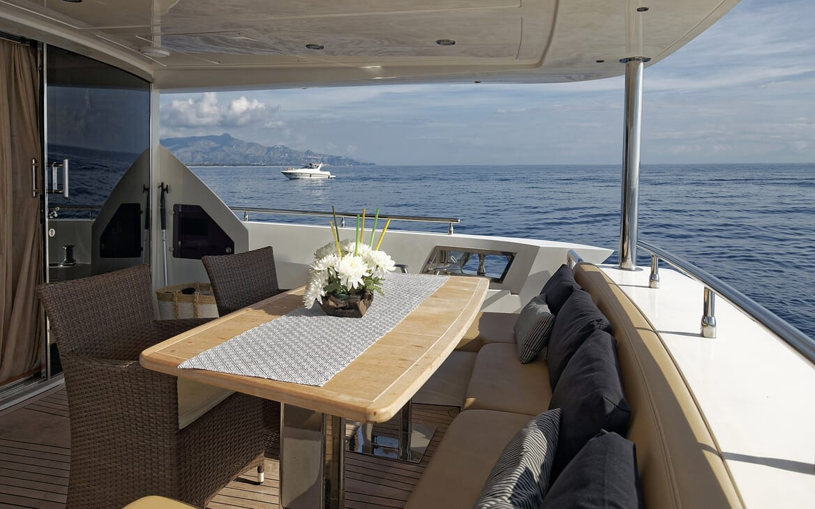 Motor Yacht Enjoy outdoor seating