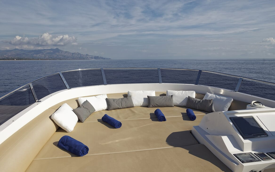 Motor Yacht Enjoy sun loungers