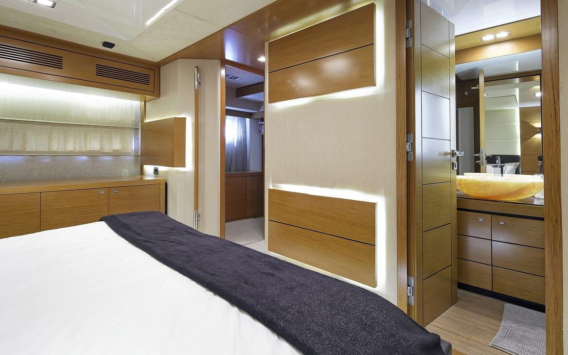 Motor Yacht Enjoy stateroom