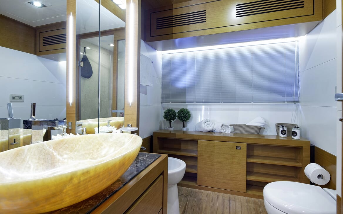 Motor Yacht Enjoy guest bathroom