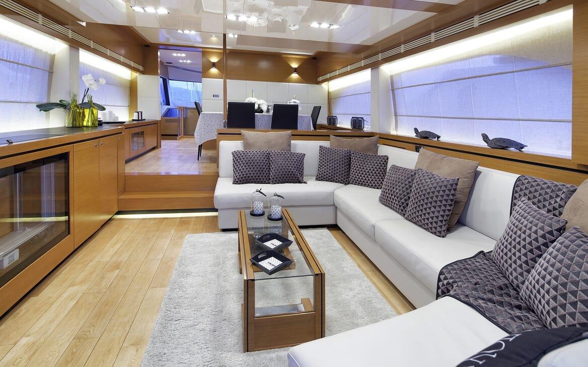 Motor Yacht Enjoy saloon