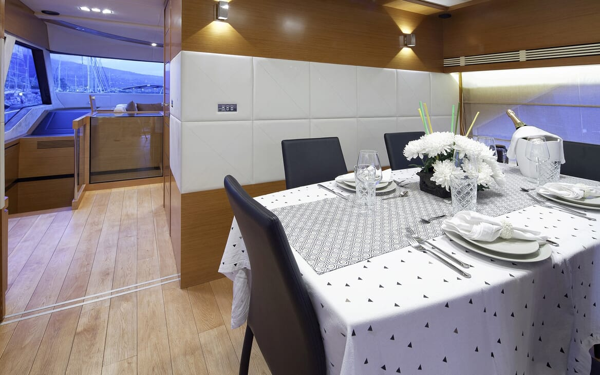 Motor Yacht Enjoy dining area