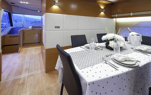 Motor Yacht Enjoy dining area