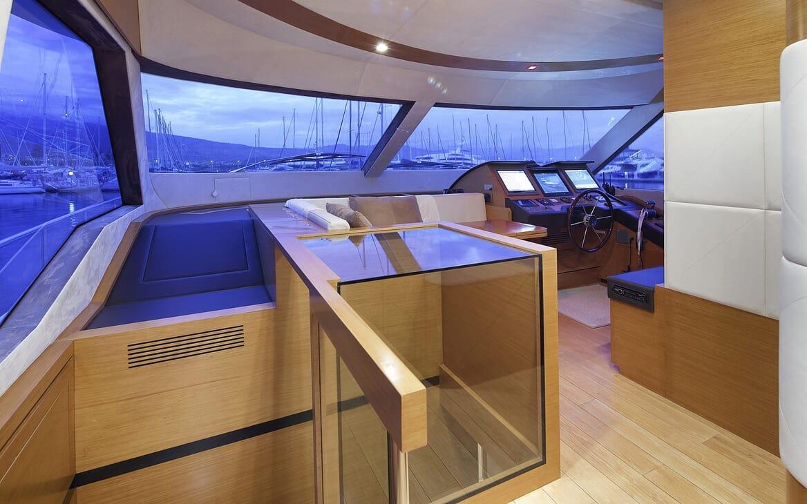 Motor Yacht Enjoy controls