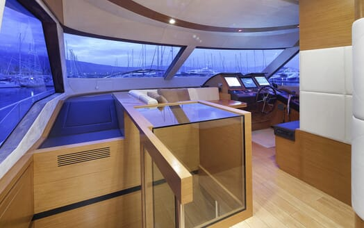 Motor Yacht Enjoy controls
