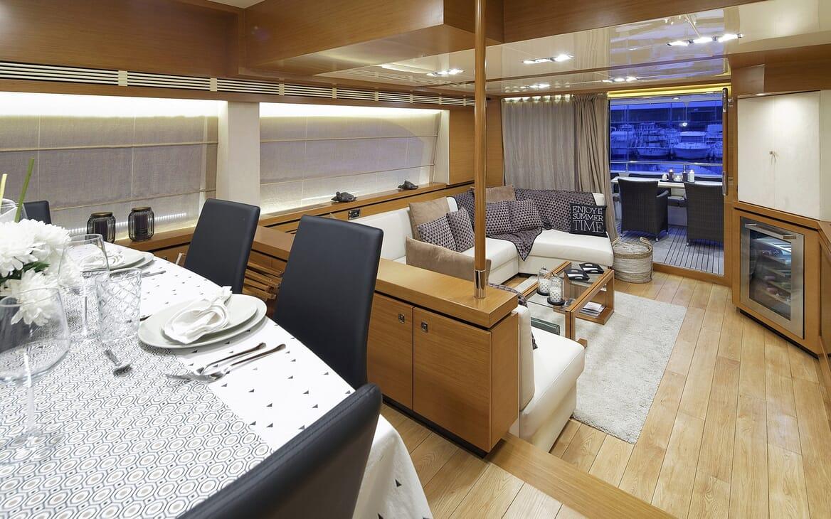 Motor Yacht Enjoy living area