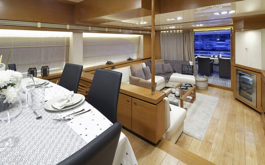 Motor Yacht Enjoy living area