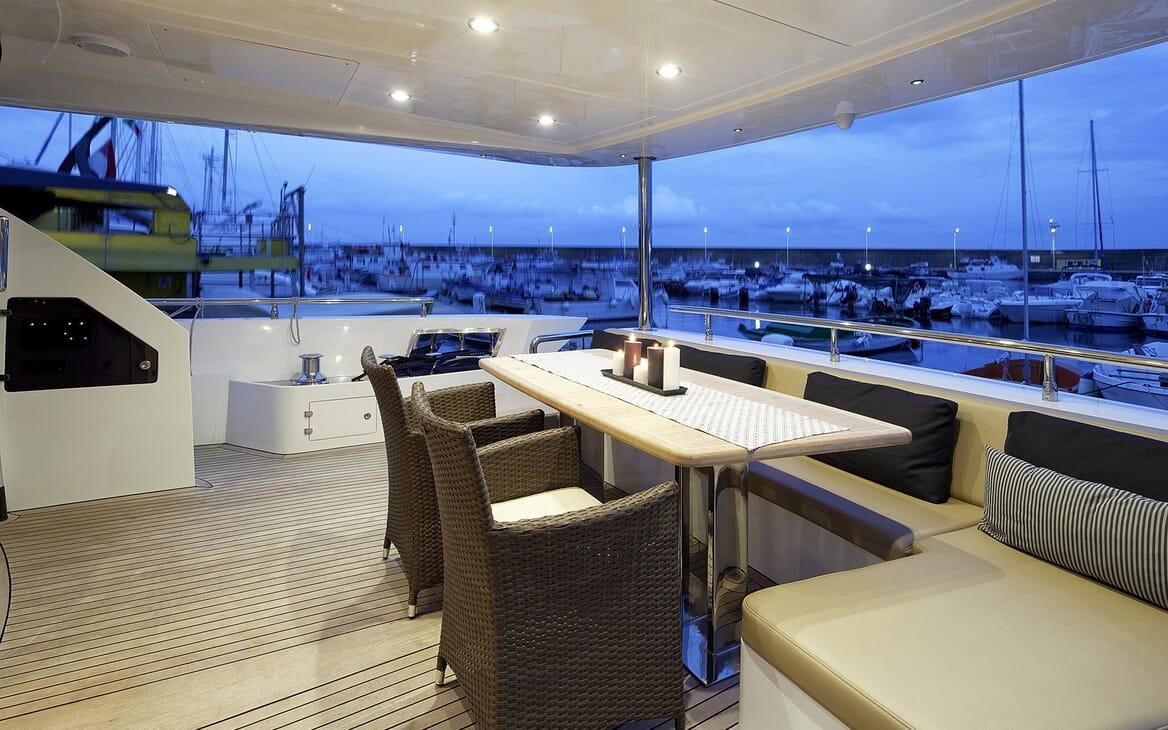 Motor Yacht Enjoy al fresco dining