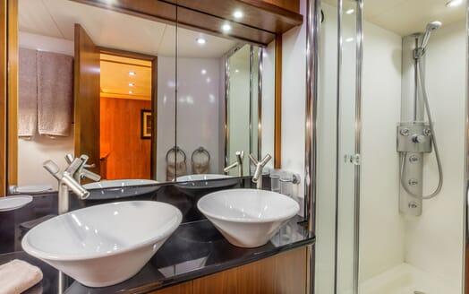 Motor Yacht Octavia washroom