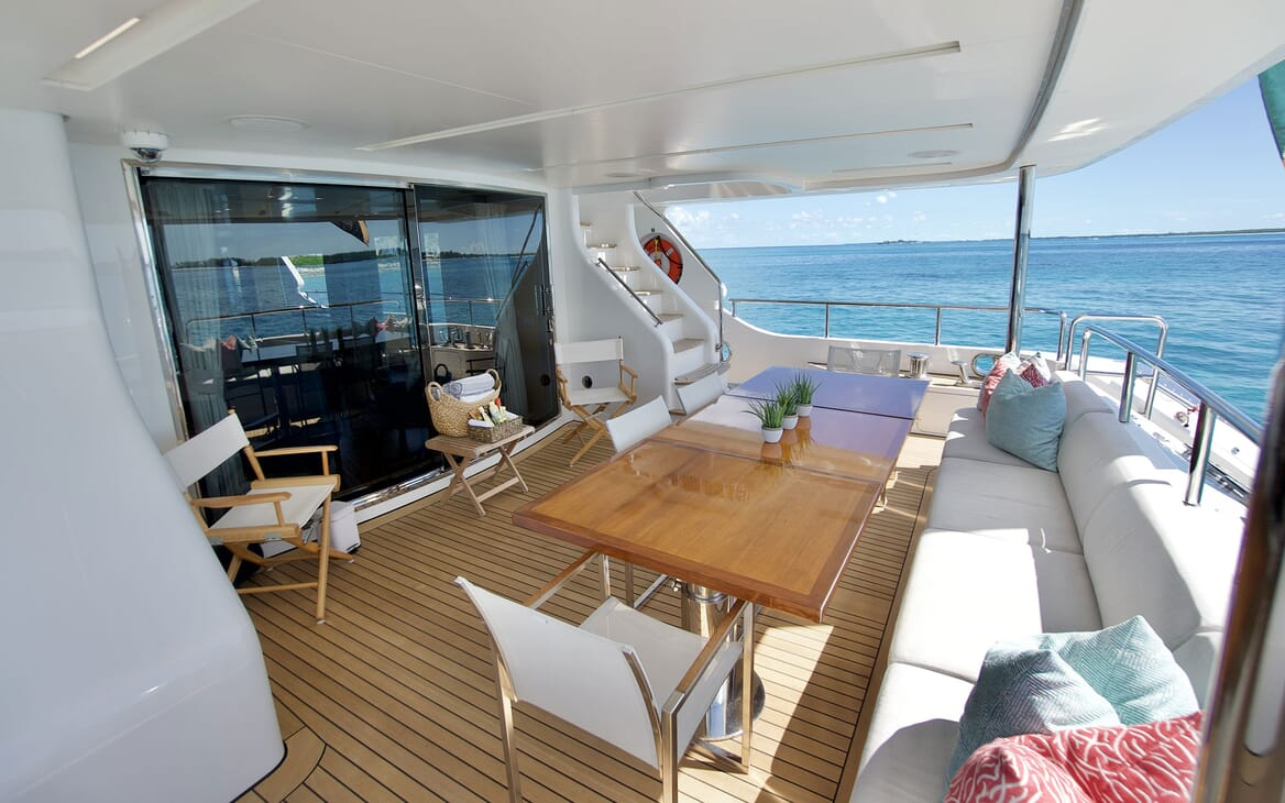 Motor Yacht COOL BREEZE Dining Table