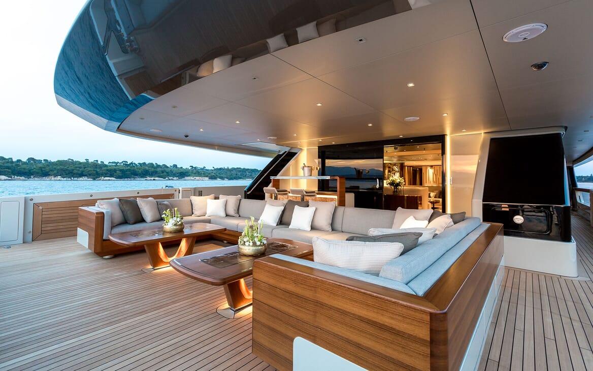 Motor Yacht VERTIGE Main Deck Aft Seating