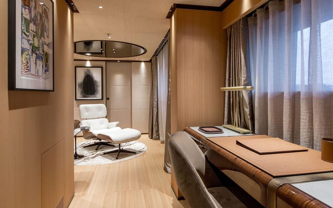 Motor Yacht VERTIGE Master Stateroom Desk