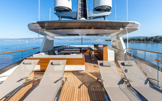 Motor Yacht VERTIGE Sun Deck Sun Loungers
