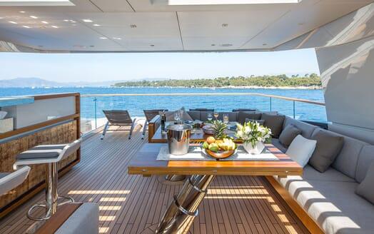 Motor Yacht VERTIGE Sun Deck Dining Set Up