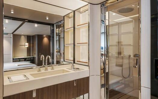 Motor Yacht Endeavour 2 guest bathroom