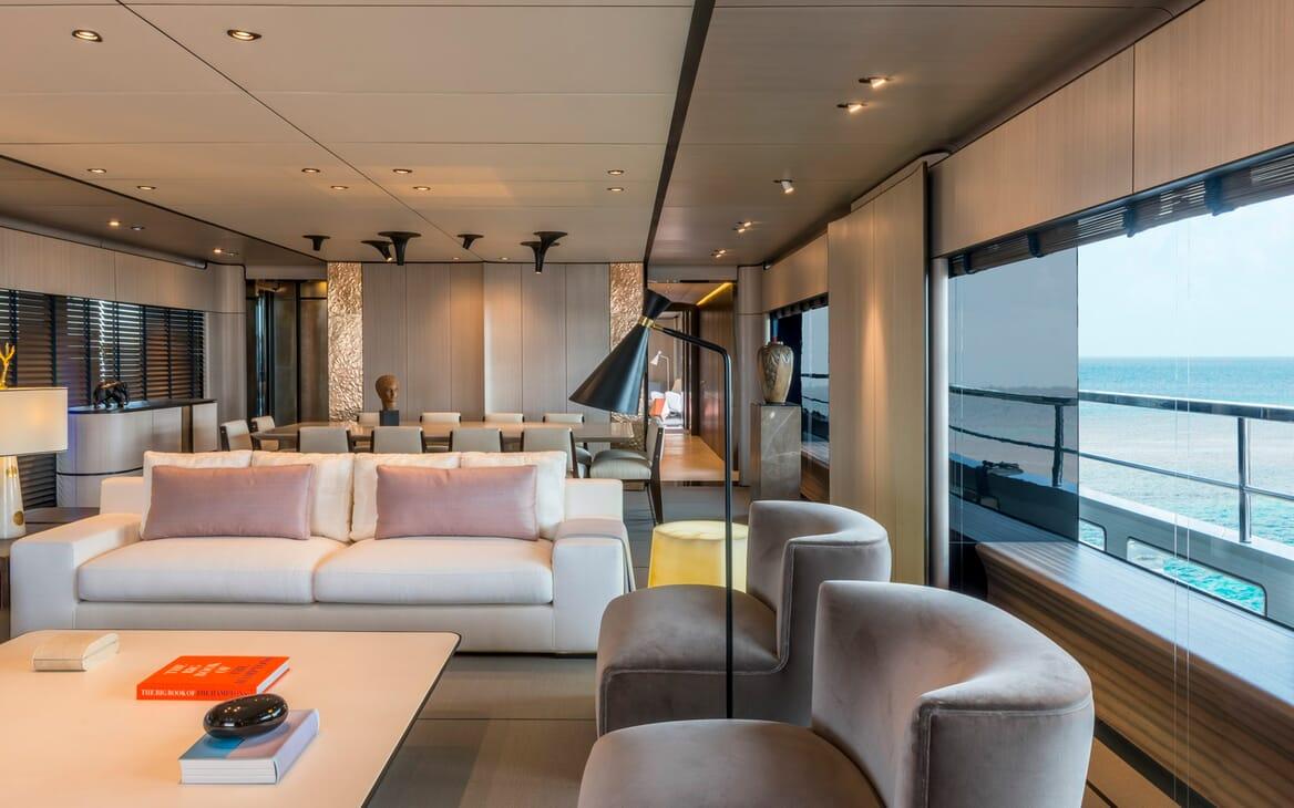 Motor Yacht Endeavour 2 saloon