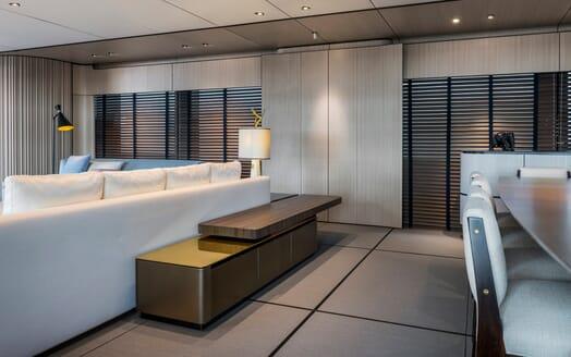 Motor Yacht Endeavour 2 salon