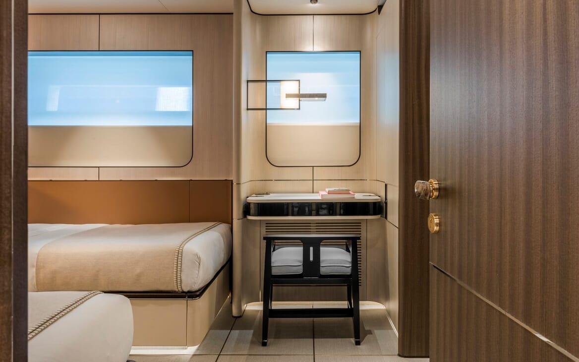 Motor Yacht Endeavour 2 cabin