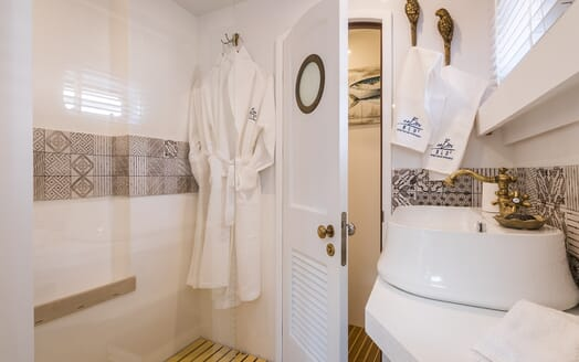 Sailing Yacht Ombre Blu 3 guest bathroom