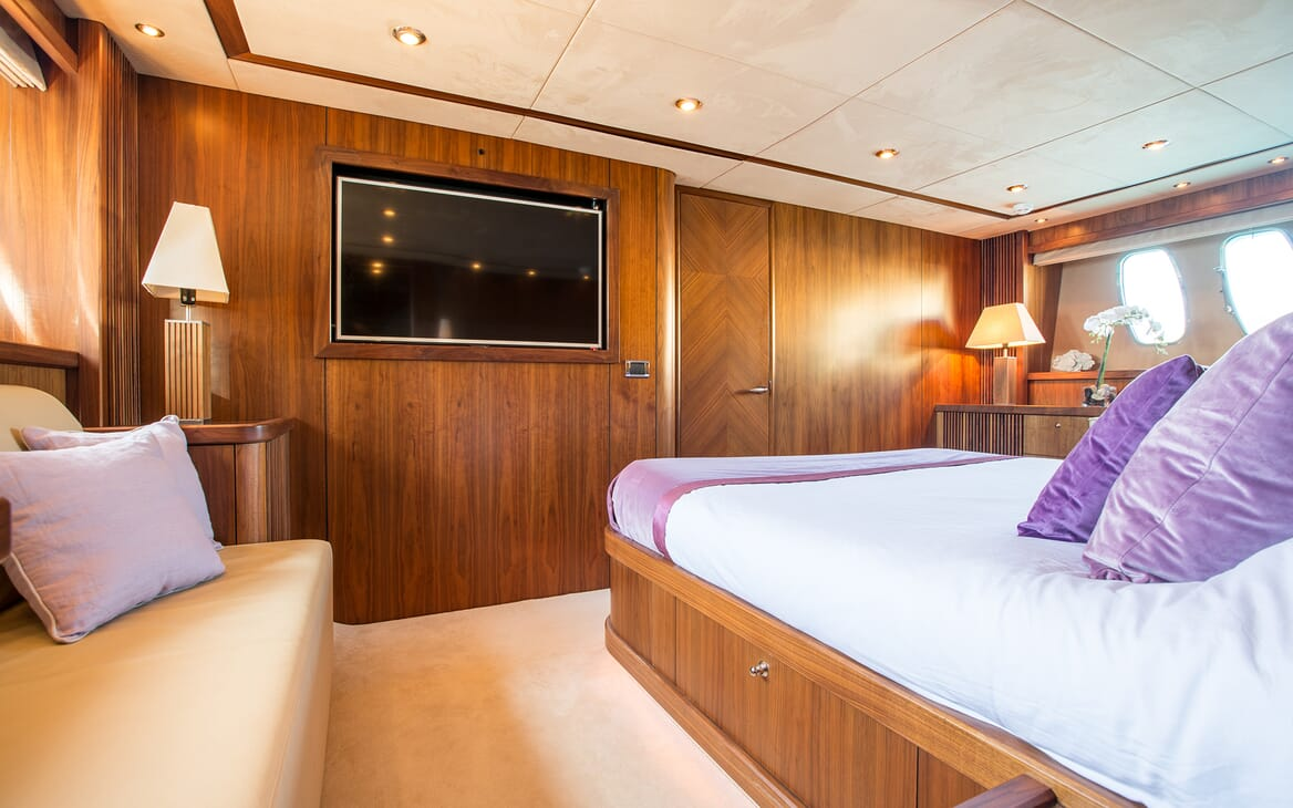 Motor Yacht Hooligan guest cabin
