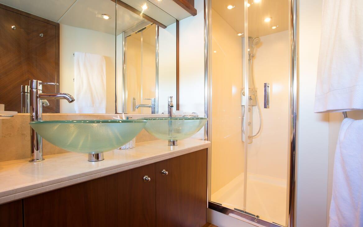 Motor Yacht Hooligan guest bathroom