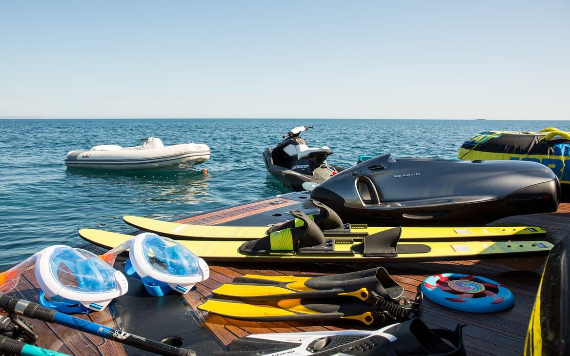 Motor Yacht Hooligan toys