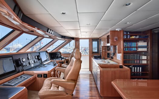 Motor Yacht Castellina  bridge