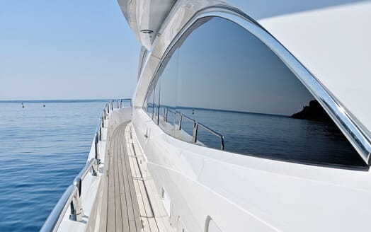 Motor Yacht Excelerate saloon