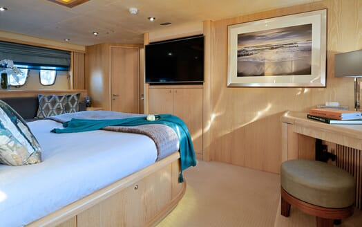 Motor Yacht Excelerate twin cabin