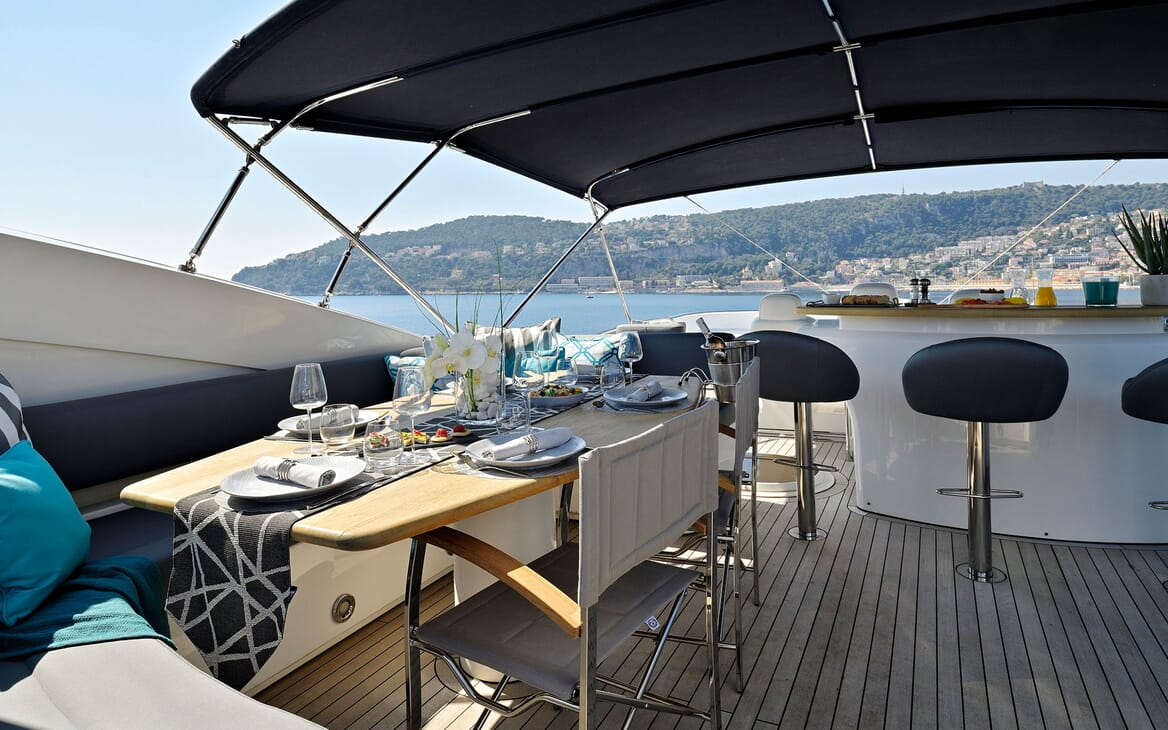 Motor Yacht Excelerate hot tub