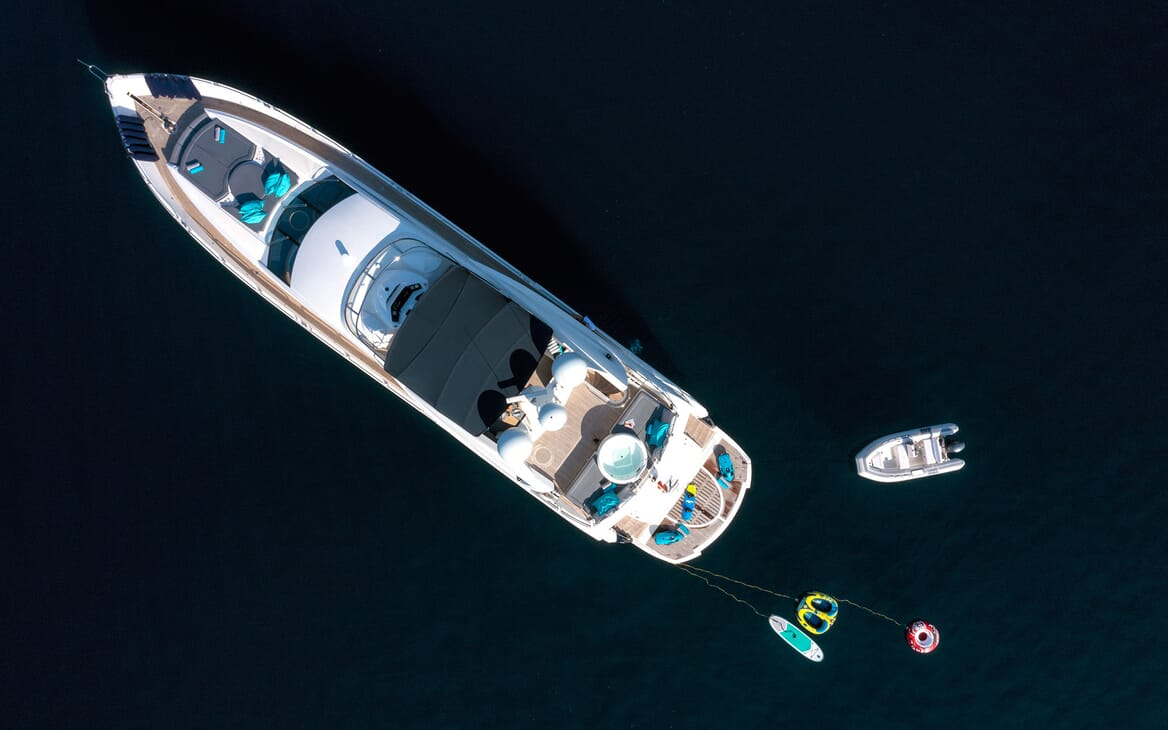 Motor Yacht Excelerate paddleboards