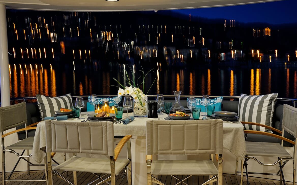 Motor Yacht Excelerate dining area
