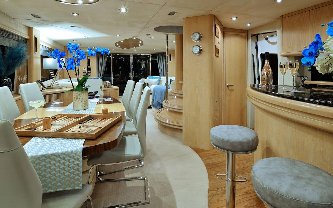 Motor Yacht Excelerate bar