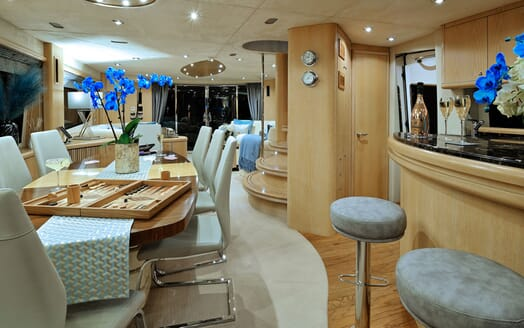 Motor Yacht Excelerate bar