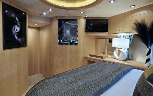 Motor Yacht Excelerate master bathroom