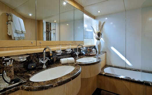 Motor Yacht Excelerate master stateroom