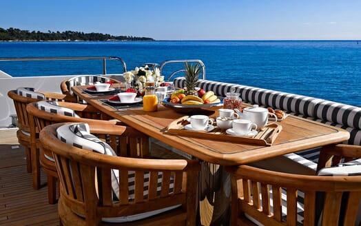 Motor Yacht EMOJI Aft Breakfast