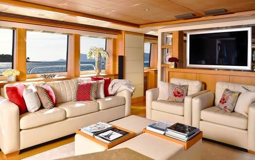 Motor Yacht EMOJI Saloon