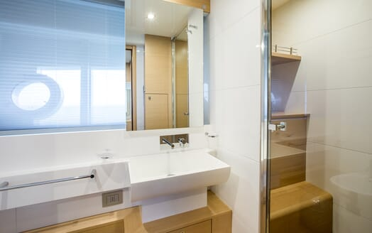 Motor Yacht Igele bathroom
